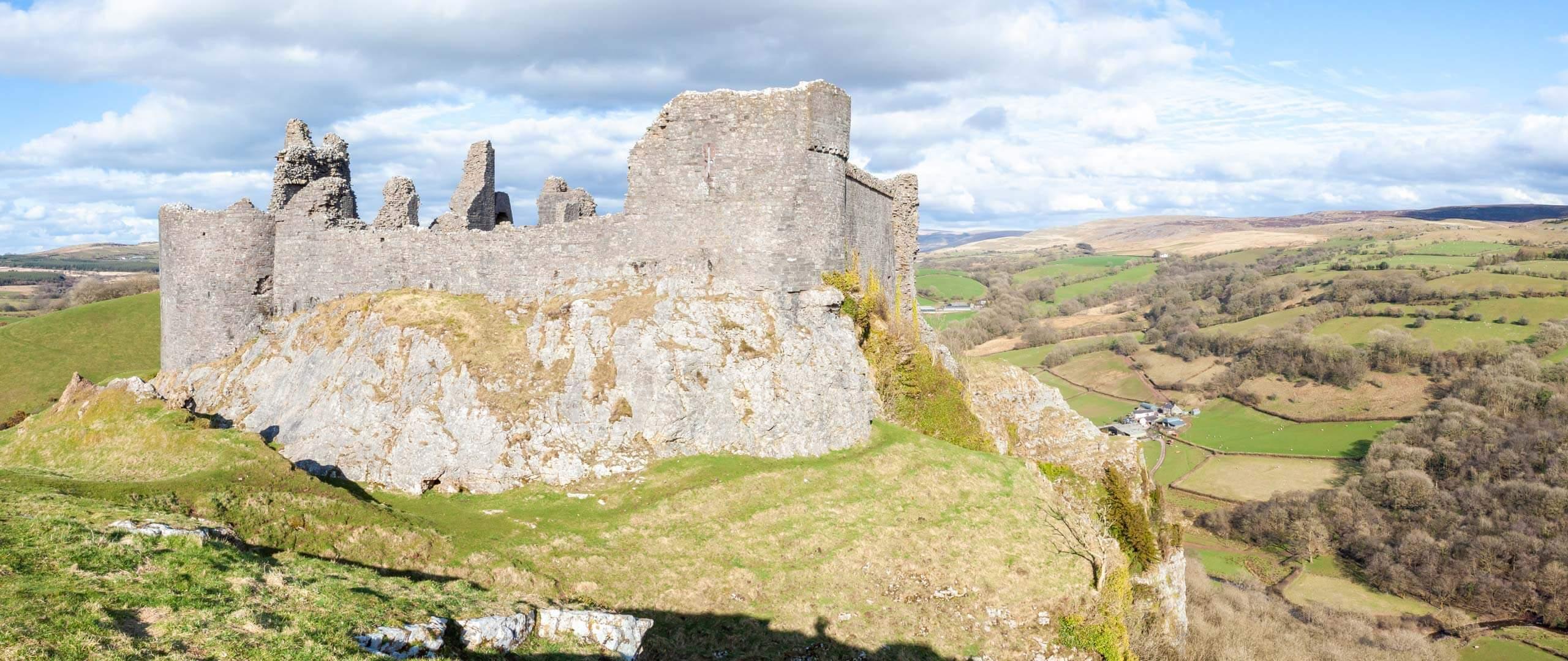 Panoramablick auf Carreg Cennen Castle mit der umliegenden Landschaft