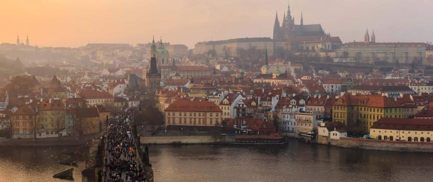 Panoramablick auf die Prager Burg mit der Karlsbrücke