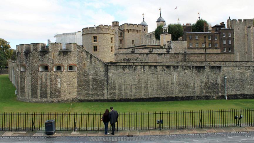 Blick auf den Tower of London vom Eingang