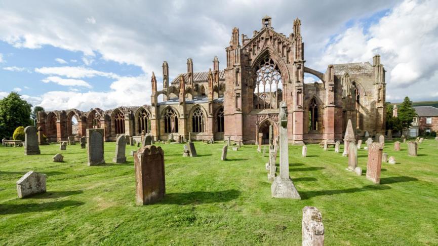 Blick auf Melrose Abbey vom Friedhof mit gut erhaltener Außenfassade
