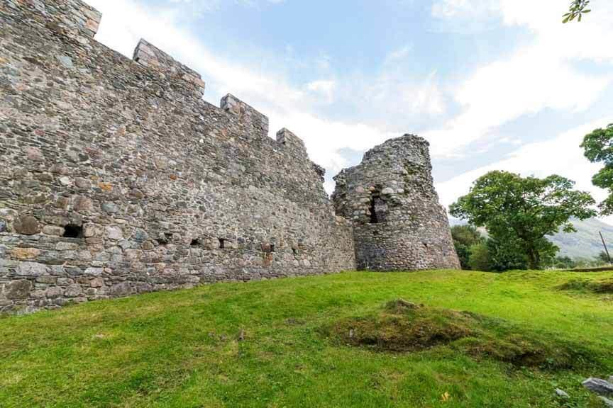 Außenmauer von Old Inverlochy Castle